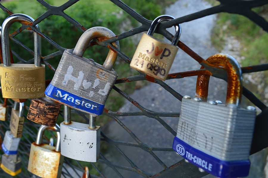 While+walking+through+San+Pedro+Park%2C+junior+Bayleigh+Williams+photographs+the+locks.+The+bridge+was+made+to+mimic+the+famous+Love+Locks+bridge+in+Paris%2C+France.+%22Though+much+smaller+than+the+original+bridge%2C+hearts+and+initials+were+still+scribbled+on+the+locks%2C%22+Williams+said.