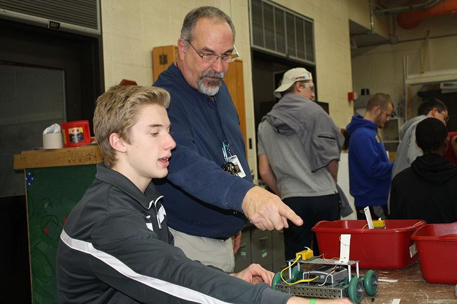 Cliff+Amen+helps+freshman+Daniel+Loaney+in+Robotics.+
