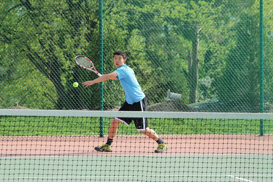 Returning+the+ball%2C+senior+William+Tong+competes+in+his+match+against+Rockwood+Summit+last+year.