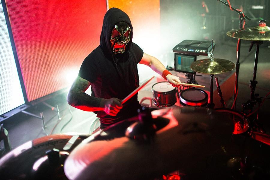 Dun+puts+on+his+signature+alien+mask+while+playing+%22Stressed+Out%22.