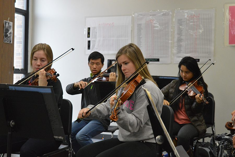 Seniors+Hannah+Brauer+and+Jordan+Beveridge+practice+for+Ed+Sandheindrich%27s+Symphonic+Orchestra+Ensemble.