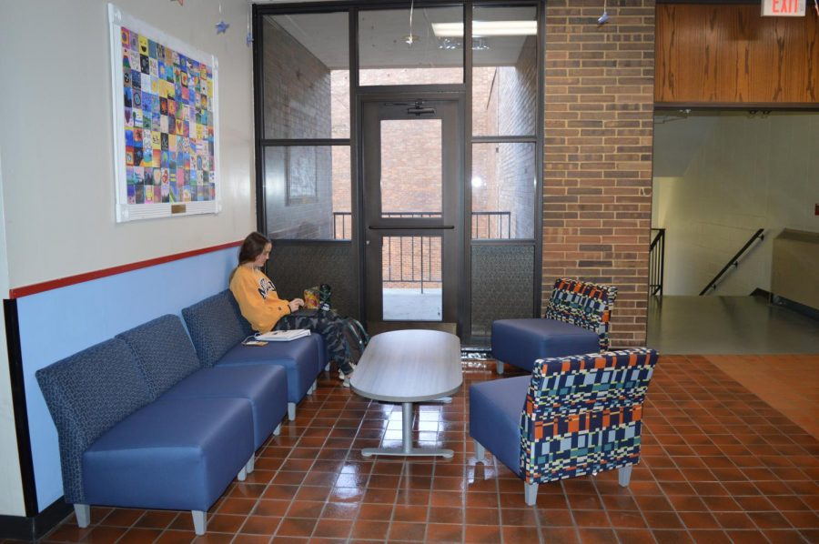 Sophomore+Ella+Roesch+works+on+her+laptop+in+the+new+seating+area+Blue+Brew+created.+The+seating+is+available+to+everyone+in+the+building+at+all+times.+%E2%80%9CWe+would+like+Blue+Brew+to+become+a+more+central+part+of+West+High%2C%E2%80%9D+Business+teacher+Holly+Weber+said.+