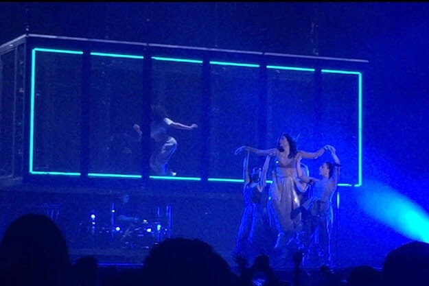 Lorde+is+delicately+lifted+across+stage+by+talented+dancers+that+visually+aid+her+storytelling.